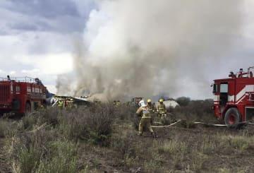 7月31日、メキシコ中西部ドゥランゴ州の航空機墜落現場近くで活動する消防関係者ら(州当局提供・AP=共同)