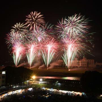 2万発の花火が夜空を彩った「第67回小山の花火」=31日午後7時55分、小山市中央町1丁目