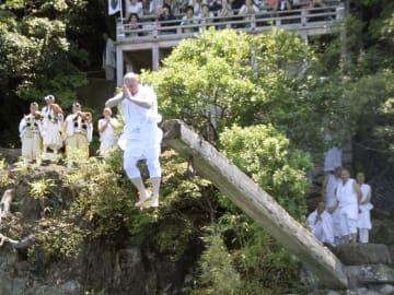 滋賀県近江八幡市の伊崎寺で行われた「伊崎の棹飛び」=1日