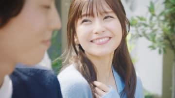 「AAA」の宇野実彩子さんが出演する「アスプラッシュ」のウェブCM「眩しい笑顔編」の一場面
