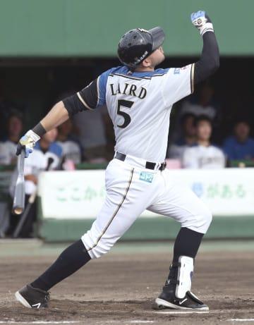 8回日本ハム1死一、二塁、レアードが左越えに3ランを放つ=帯広