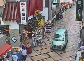 防犯カメラに写っていた、奈良市中心部の商店街を暴走する軽乗用車=1日午後0時30分ごろ(奈良市東向商店街提供)