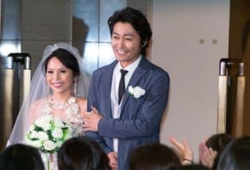 映画『愛しのアイリーン』の完成披露で新妻役のナッツ・シトイとともに登場した安田顕
