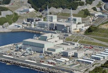 中国電力島根原発3号機(手前)、(奥左から)1号機、2号機=松江市