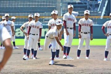 甲子園見学でマウンドの感触を確かめる日南学園の投手陣ら