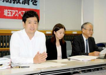 記者会見する埼玉アスベスト弁護団事務局長の竹内和正弁護士(左)ら=1日午後、埼玉県さいたま市内
