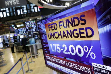 米連邦準備制度理事会(FRB)による「金利据え置き決定」を伝えるニューヨーク証券取引所に置かれたモニター=1日(AP=共同)