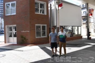 グラッサ(左奥)となか又(右奥)をオープンする沢井さん(左)と榊原さん