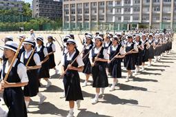 全国高校野球選手権の開会式に向け、行進の練習に励む市立西宮高校の女子生徒たち=西宮市高座町