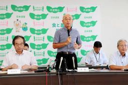会見で「丹波篠山市」に市名を変更する意向を示した酒井隆明市長(右)=篠山市役所