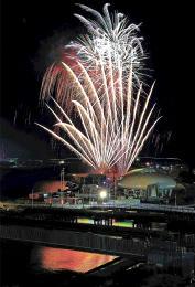 夜空に大輪を咲かせ、祭りを締めくくった花火大会=1日午後7時35分ごろ
