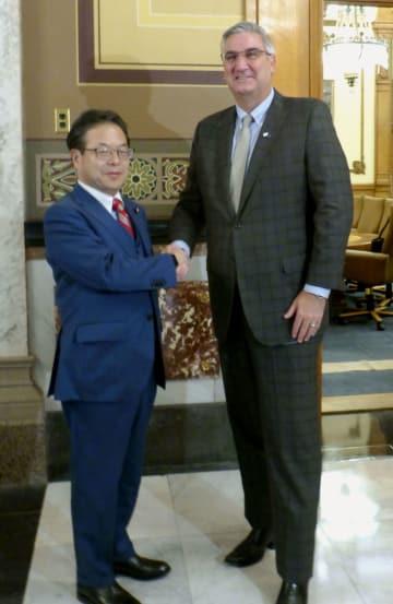 米インディアナ州のホルコム知事(右)と面会する世耕経産相=1日、インディアナポリス(共同)