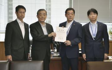 奥野信亮総務副大臣(左から2人目)に要望書を手渡す被災3県知事=2日午前、総務省