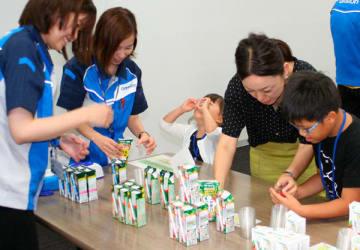 【健康セミナーの野菜ジュース飲み比べ=松阪市久保町のオムロンヘルスケア松阪工場で】