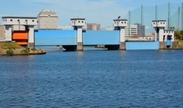 海水の遡上を防ぐため、一部閉鎖した信濃川水門=1日、新潟市中央区