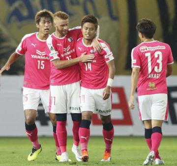 仙台―C大阪 前半、先制ゴールを決め、祝福されるC大阪・丸橋(右から2人目)=ユアスタ