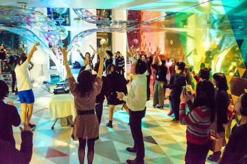特別プログラムとして千葉市美術館のさや堂ホールで開催されるサイレントディスコ(イメージ)