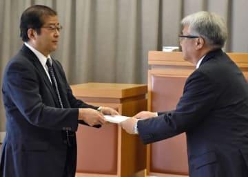 成田教育長に最終報告書を手渡す野村会長(左)=2日午前9時40分、青森市教育研修センター