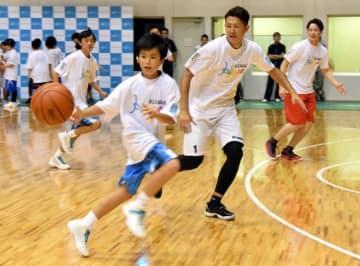ミニゲームを楽しむ川村卓也選手(中央)と子どもたち