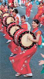 息の合ったばちさばきと足運びで見物客を魅了した太鼓の演舞=1日午後6時30分ごろ、盛岡市中央通