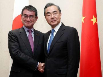 シンガポールで会談した河野太郎外相と中国の王毅国務委員兼外相=2日(ロイター=共同)