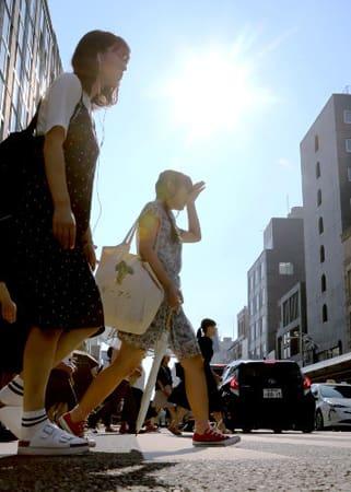 焼け付くような日差しが照りつける四条通。7月の京都市内は記録的な猛暑となった(7月18日午後4時30分、京都市下京区)