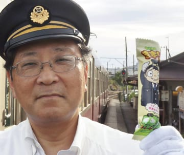 新発売の「まずい棒」を手に持つ銚子電鉄の竹本勝紀社長(同社提供)