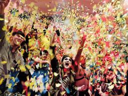 6月16日の「マッドマックス」マサラ上映後の記念撮影。参加者の表情と紙吹雪の量が満足度を物語る=塚口サンサン劇場