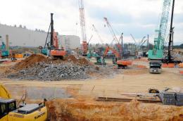 北上市の工業団地で建設作業が進む東芝メモリの新工場