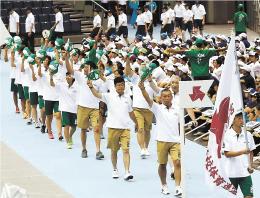 開会式で帽子を掲げ入場行進する宮城県選手団