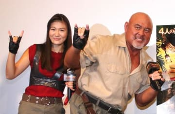映画「ジュマンジ/ウェルカム・トゥ・ジャングル」リリース記念イベントに登場した武藤敬司選手(右)と武藤愛莉さん