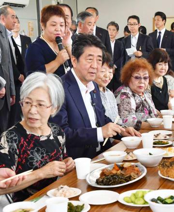 仮設住宅で被災者と意見交換する安倍首相(前列左から2人目)=2日、宮城県石巻市(代表撮影)