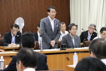 島根原発3号機の新規稼働に必要な原子力規制委審査の申請について、認める考えを正式に表明した鳥取県の平井伸治知事(中央)=2日午後、鳥取市
