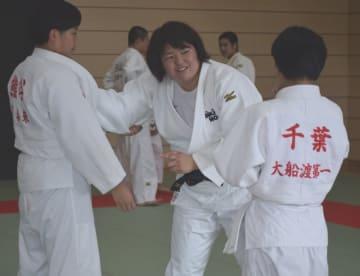 山部佳苗さん(中央)から払い腰の指導を受ける中学生