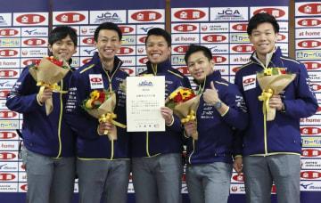 笑顔で記念撮影するSC軽井沢クの(左から)両角友、清水、山口、両角公、平田=アドヴィックス常呂カーリングホール