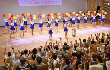 観衆と共にチアダンスを踊るJETS=8月1日、福井県福井市のハピリンホール