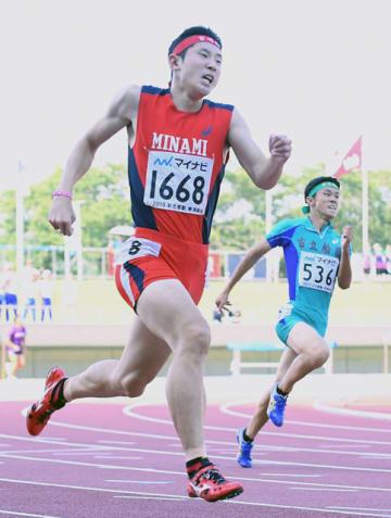 【陸上・男子400メートル決勝】47秒74で5位入賞を果たした宮崎南の松岡知紀(左)=三重交通Gスポーツの杜伊勢