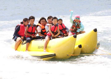 バナナボートを楽しむ子どもたち=大村ボートレース場