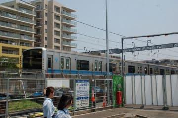 近くに大規模マンションが複数立地する開成駅で進むホーム延伸工事=開成町吉田島