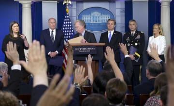 ホワイトハウスで記者会見するボルトン大統領補佐官(左から3人目)ら=2日、ワシントン(UPI=共同)