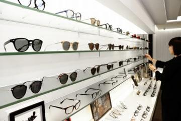 日差しの強い日が続き、眼鏡販売店ではサングラスの売り上げが伸びている=8月1日、福井県福井市の村井メガネ店本店