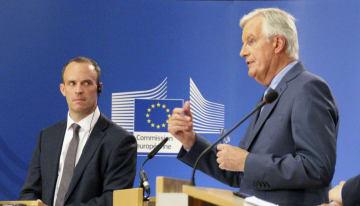 7月26日、記者会見するEUのバルニエ首席交渉官(右)と英国のラーブEU離脱担当相=ブリュッセルのEU本部(共同)