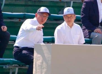 【ソフトテニスを観戦される皇太子さま(右)=鈴鹿市御薗町で】