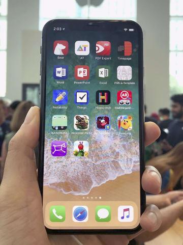 アップルのスマートフォン「iPhone(アイフォーン)X」=7月31日、米ニューヨーク(共同)