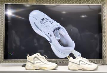 世田谷一家殺害事件で新たに公開された、犯人が履いていた靴の3D画像=3日午前、警視庁本部