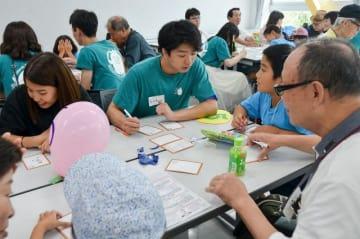 かるた作りに挑戦する六神祭の参加者=神奈川大学横浜キャンパス