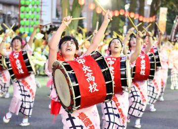 力強い群舞でさんさ甲子園連覇を果たした盛岡中央=2日、盛岡市中央通
