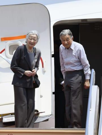 北海道へ出発される天皇、皇后両陛下=3日午前、羽田空港