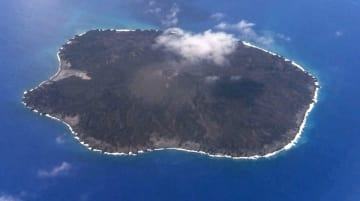 7月30日に撮影した東京都・小笠原諸島の西之島(海上保安庁提供)