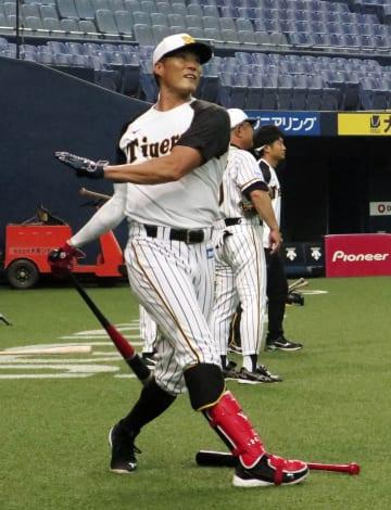 ヤクルト戦に向け練習する阪神・糸井=京セラドーム
